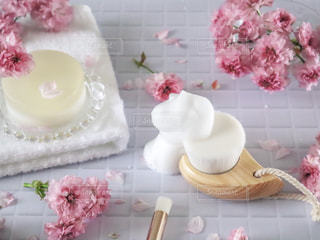 洗顔ブラシと洗顔石鹸の写真・画像素材[2062856]