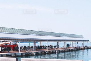 フェリー乗り場のフェリーを待つ大量の人の写真・画像素材[2099220]