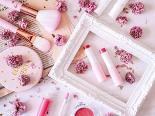 ピンクのコスメたちと八重桜のドライフラワーの写真・画像素材[2110283]