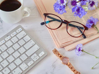 メガネとキーボードとコーヒーと時計の写真・画像素材[2137190]