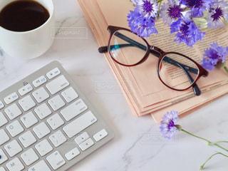 メガネとキーボードとコーヒーの写真・画像素材[2137191]