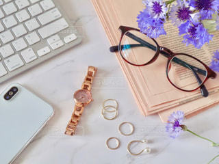 メガネとキーボードとスマホと時計と指輪の写真・画像素材[2137192]