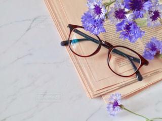 メガネと紫の花の写真・画像素材[2137194]