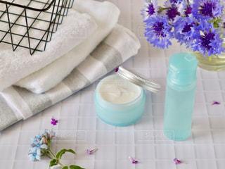 ニキビケアの化粧水と乳液の写真・画像素材[2138912]