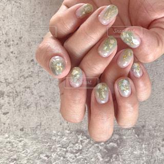 くすみグリーンのニュアンスネイルの写真・画像素材[2144409]