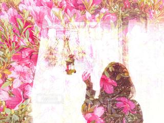 窓際の女性のシルエットの写真・画像素材[2174709]
