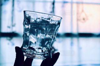 グラスを持った女性の手の写真・画像素材[2188563]