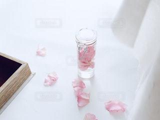 ピンクの花びらを詰めた瓶と木箱の写真・画像素材[2211706]