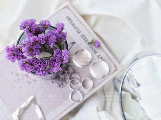 シルバーのアクセサリーと紫のドライフラワーの置き画の写真・画像素材[2320050]