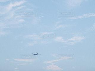空高く飛ぶ大きな飛行機の写真・画像素材[2337447]