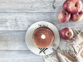 朝ごはんに作ったホットケーキとりんごの写真・画像素材[2443939]