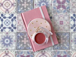ピンクの小物とモロッコタイルの写真・画像素材[2449437]