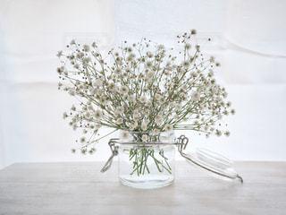テーブルの上のかすみ草の写真・画像素材[2867532]
