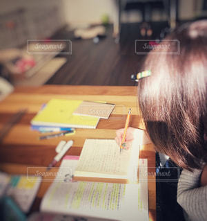 おうちで勉強中の写真・画像素材[872831]