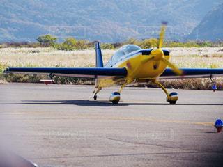 滑走路の上に小さなプロペラ機 - No.877366