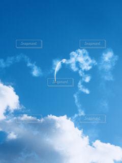 青い空のアクロバット飛行の写真・画像素材[877370]