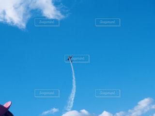 青空のアクロバット飛行の写真・画像素材[877371]