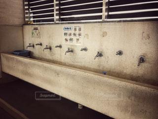 学校の手洗い場の写真・画像素材[899618]