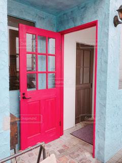赤い扉の建物の写真・画像素材[1032122]