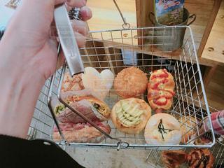 パン屋さんで買い物の写真・画像素材[1099780]