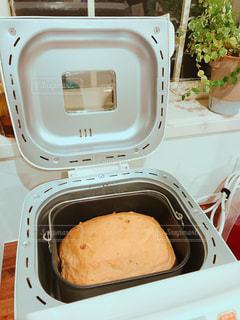 ホームベーカリーの焼きたてパンの写真・画像素材[1163218]
