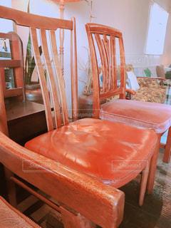 キャメル色のレトロ椅子の写真・画像素材[1181925]