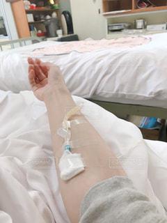 病室ベッドで点滴中の写真・画像素材[1191909]