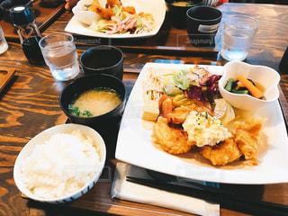 テーブルの上に食べ物のプレートの写真・画像素材[1290886]