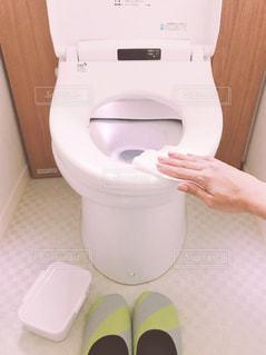 トイレ掃除中の写真・画像素材[1473729]