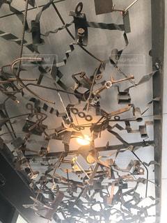 お店の天井のアイアンアートの写真・画像素材[1502128]