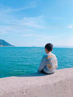 瀬戸内海の海を眺める少年の写真・画像素材[1609065]