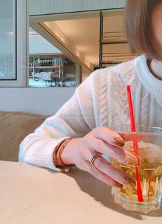 カフェの席に座っている女性の写真・画像素材[1656379]