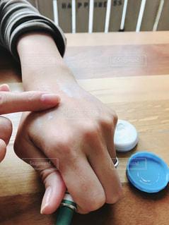 手湿疹の軟膏を塗る女性の写真・画像素材[1662189]