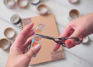 マスキングテープをハサミでカットの写真・画像素材[1677845]