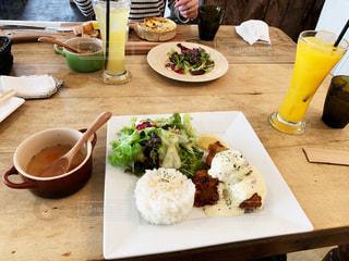 テーブルの上のランチプレートで楽しく食事の写真・画像素材[1750802]