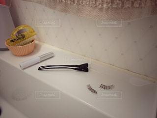 洗面所にヘアクリップとつけまつげの写真・画像素材[1796318]