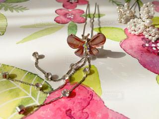 蝶々のヘアアクセサリーと花柄の写真・画像素材[1798037]