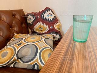 カフェのソファーとグラスの写真・画像素材[1821072]