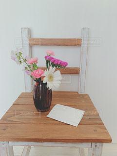 木製イスと可愛い花たちの写真・画像素材[1853597]