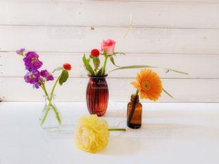 テーブルの上の花の花瓶たちの写真・画像素材[1880936]