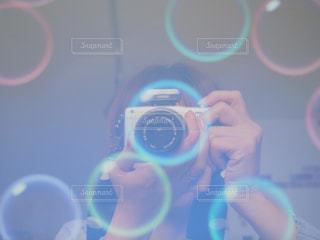 パソコン画面に移る撮影する私の写真・画像素材[2000793]