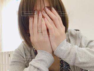 顔を隠す、ショートボブの女性の写真・画像素材[2069065]