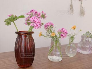 テーブルの上の花の花瓶の写真・画像素材[2121908]