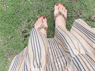 草の上に立っている人の写真・画像素材[2404579]