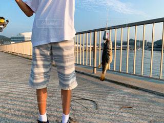 釣り中の少年の写真・画像素材[2411357]
