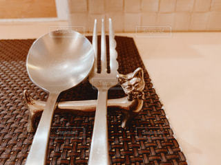 テーブルの上のスプーンとフォークの写真・画像素材[2428078]