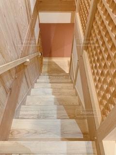 木のいい香りがする階段の写真・画像素材[2642904]