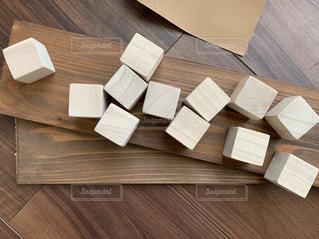 四角い木でアルファベットキューブを作るの写真・画像素材[3219572]