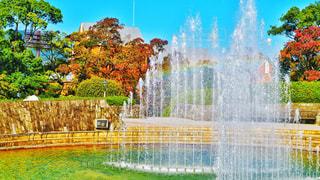 虹がかかる噴水の写真・画像素材[858049]