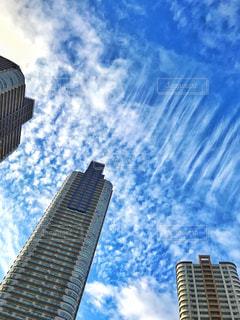 空に伸びるタワーマンションの写真・画像素材[858272]